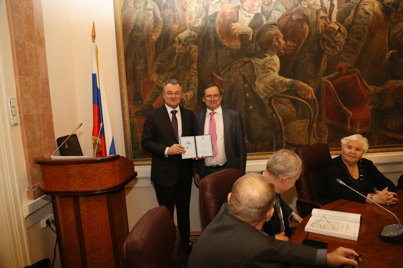 Вручение аттестата почётного профессора В.В. Блажееву