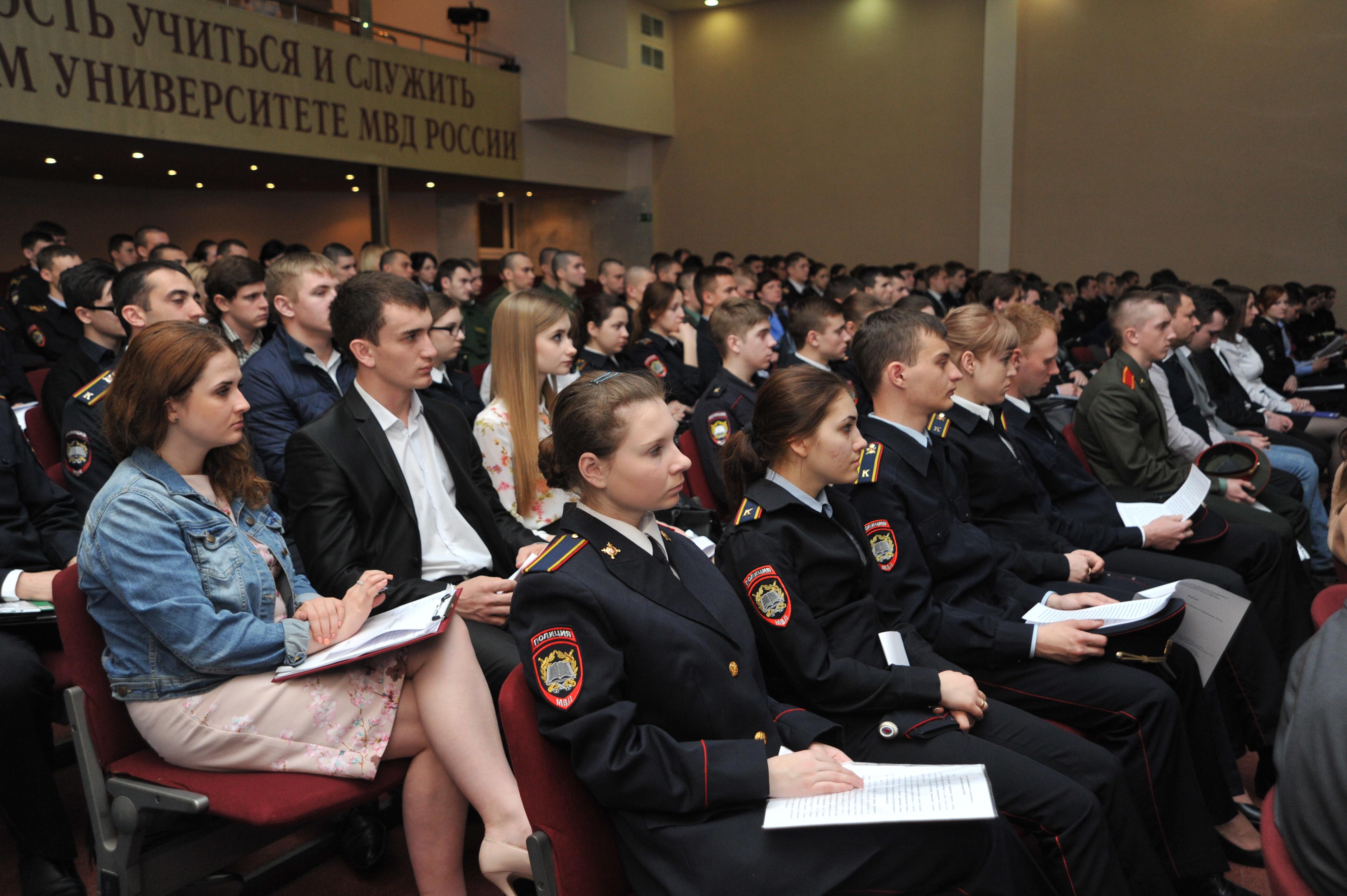 участники III Всероссийской научно-практической конференции курсантов, слушат