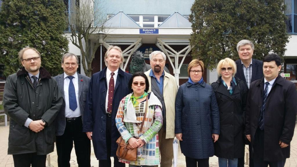 Перед зданием Академии Леона Козминьского в Варшаве