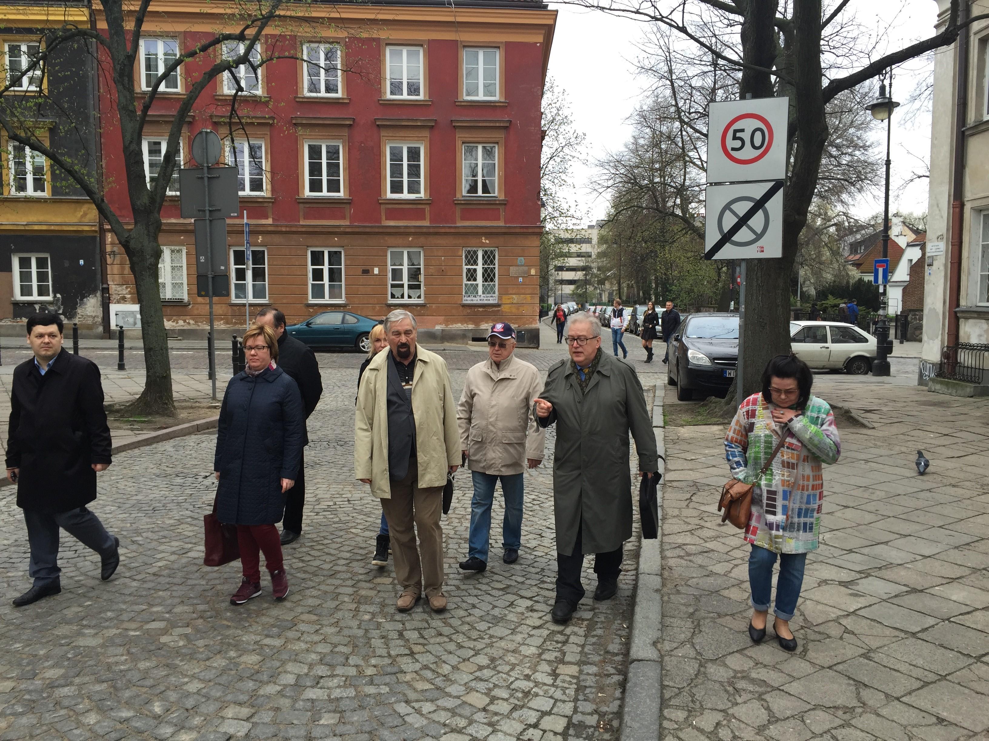 Экскурсию по Варшаве проводит почетный профессор Московской академии экономики и права, профессор Варшавского университета И. Граля