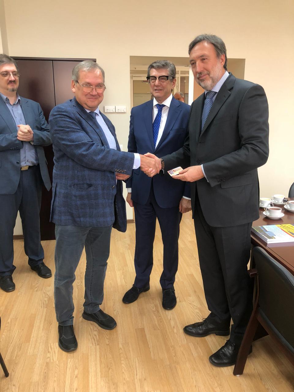 Мацкевич И.М. вручает членский билет Марко де Паолису